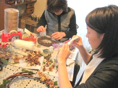 家族でクリスマスリーフ作り